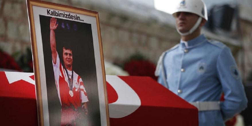Türk bayrağını bir Yunan'a öptüren tek adam Naim Süleymanoğlu… 3