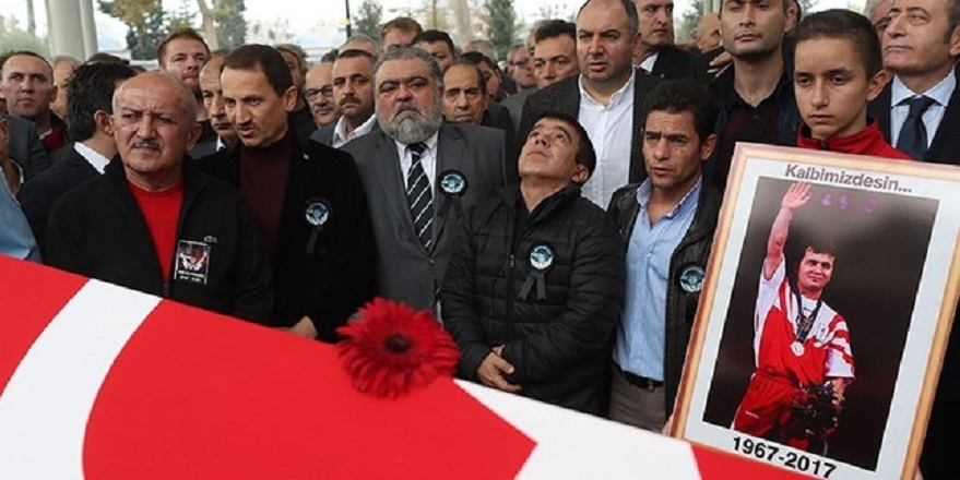 Türk bayrağını bir Yunan'a öptüren tek adam Naim Süleymanoğlu… 5