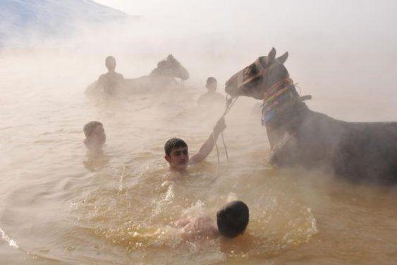 Muş'ta atlarıyla birlikte yıkanıyor 1