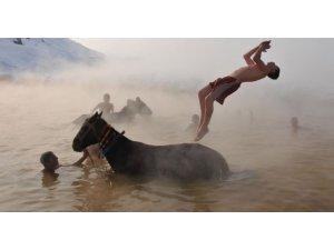 Muş'ta atlarıyla birlikte yıkanıyor