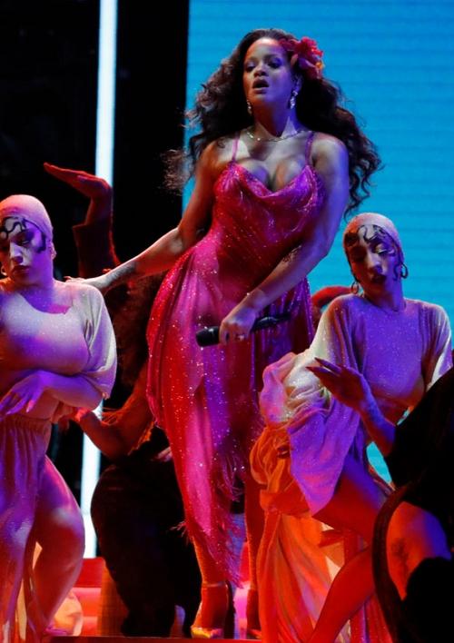 Rihanna'nın performansı nefesleri kesti 10