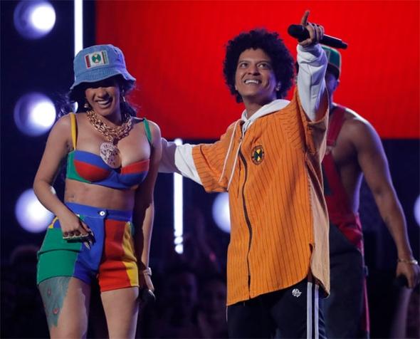 Rihanna'nın performansı nefesleri kesti 16