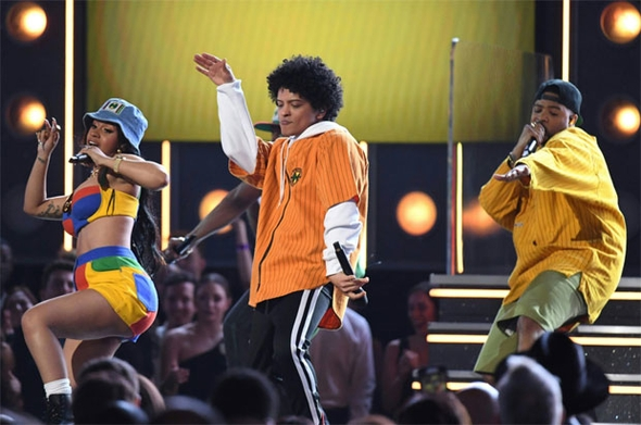 Rihanna'nın performansı nefesleri kesti 17