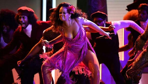 Rihanna'nın performansı nefesleri kesti 3