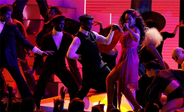 Rihanna'nın performansı nefesleri kesti 4