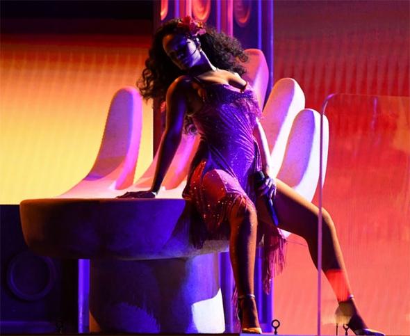 Rihanna'nın performansı nefesleri kesti 6