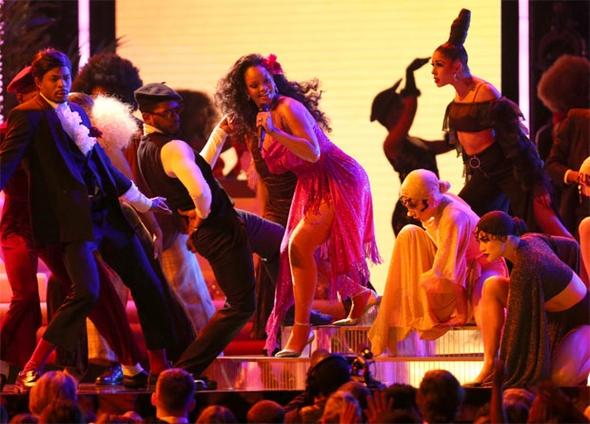 Rihanna'nın performansı nefesleri kesti 7