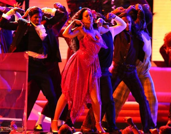 Rihanna'nın performansı nefesleri kesti 8