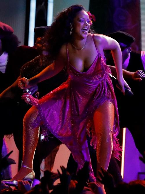 Rihanna'nın performansı nefesleri kesti 9