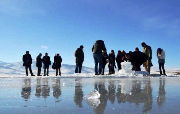 Ardahan'da buz üstünde halay çektiler 1