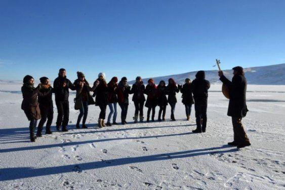 Ardahan'da buz üstünde halay çektiler 5