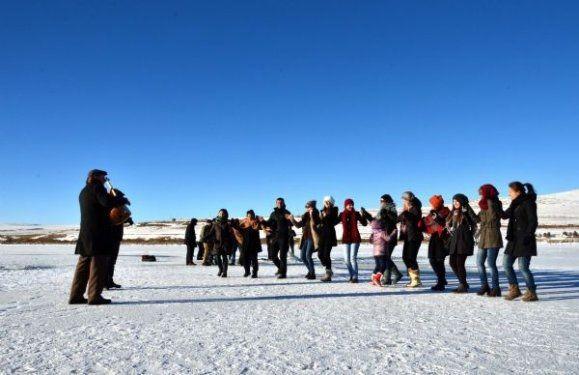 Ardahan'da buz üstünde halay çektiler 7