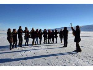 Ardahan'da buz üstünde halay çektiler