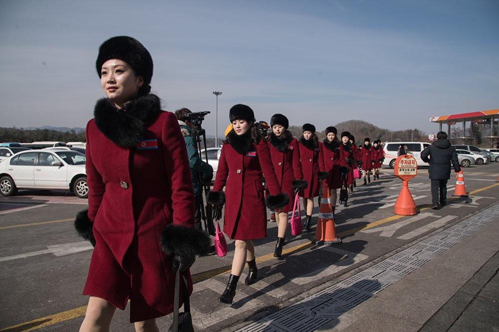 Kuzey Koreli ponpon kızlar sınırı geçti 10