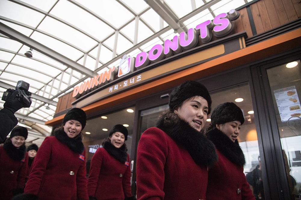 Kuzey Koreli ponpon kızlar sınırı geçti 11