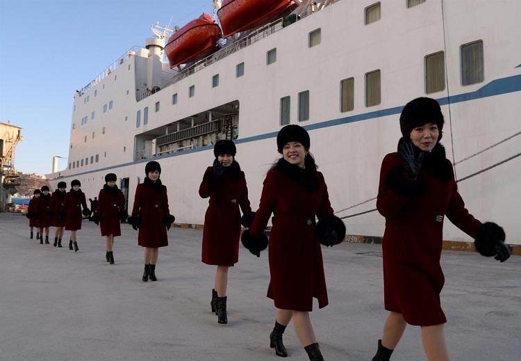 Kuzey Koreli ponpon kızlar sınırı geçti 2