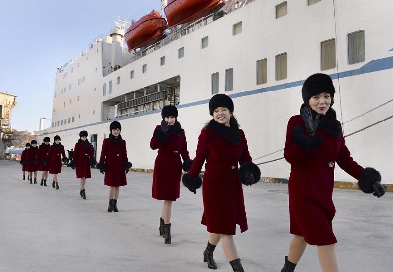 Kuzey Koreli ponpon kızlar sınırı geçti 4