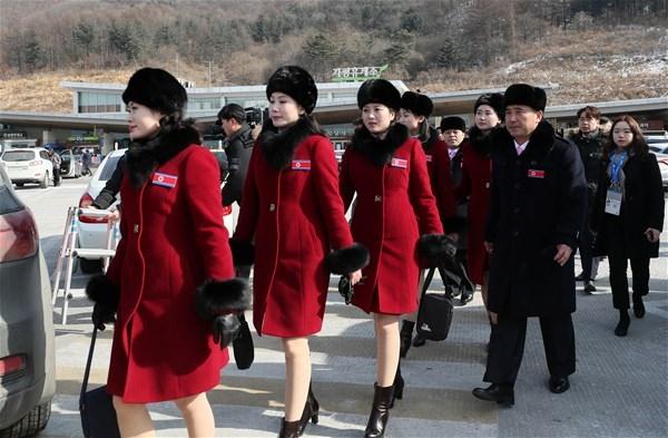 Kuzey Koreli ponpon kızlar sınırı geçti 5