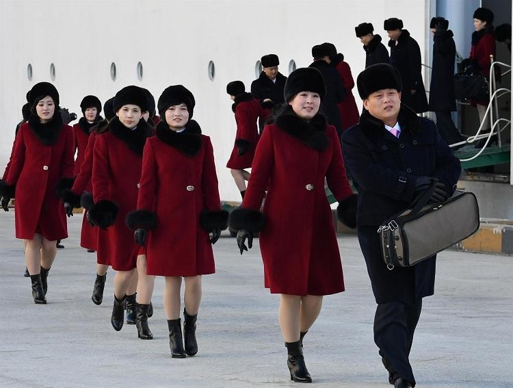 Kuzey Koreli ponpon kızlar sınırı geçti 6
