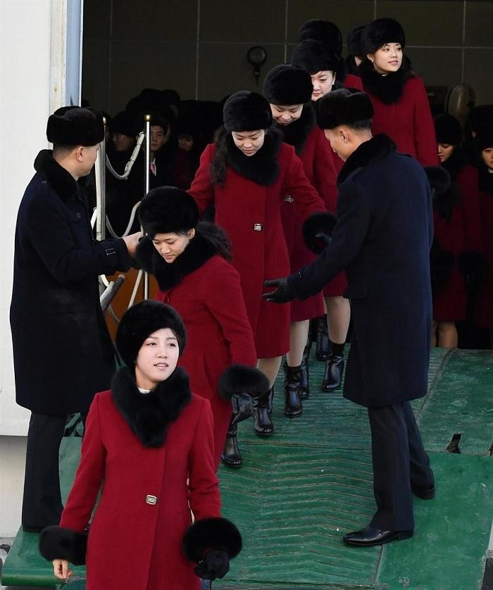 Kuzey Koreli ponpon kızlar sınırı geçti 7