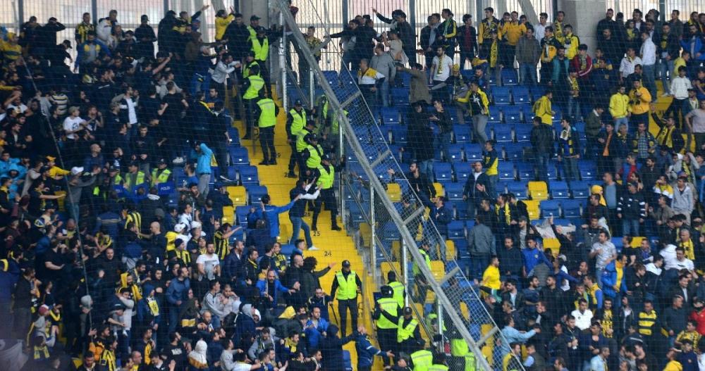 Fenerbahçe maçındaki gerilim tribünlere sıçradı! 1