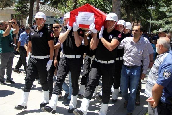 Şehit cenazesinde Kılıçdaroğlu'nun çelengine zarar verdiler 1