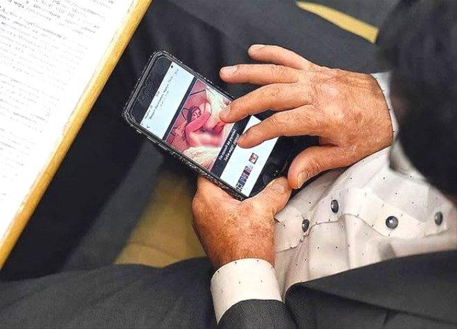 Mecliste skandal görüntü! Çıplak kadın fotoğrafına bakarken yakalandı 1