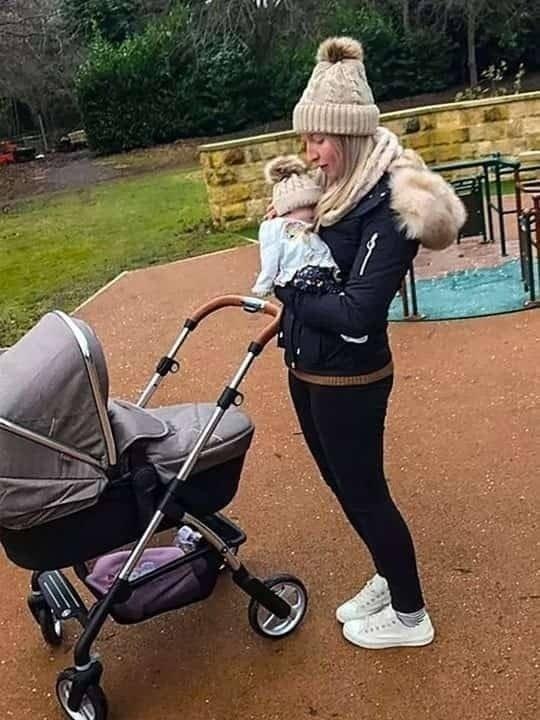 İnanılmaz olay! Ölmüş bebeklerini 16 gün parkta gezdirdiler! 1