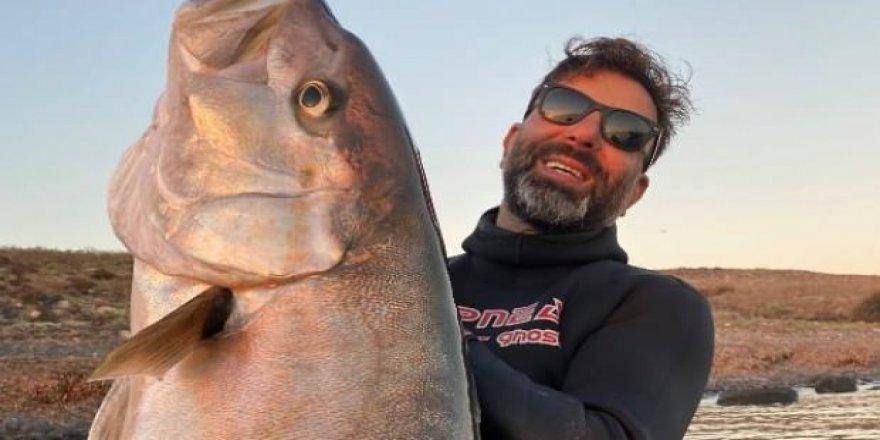 23 metre derinlikte boyu büyüklüğünde akya avladı