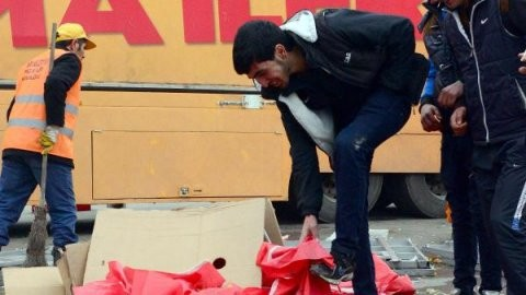 Türk bayrağıyla ayakkabısını sildi!