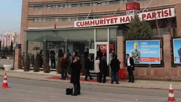CHP önünde 'duran aday' eylemi