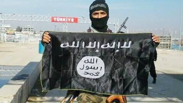 Türkiye sınırına El Kaide bayrağı astılar