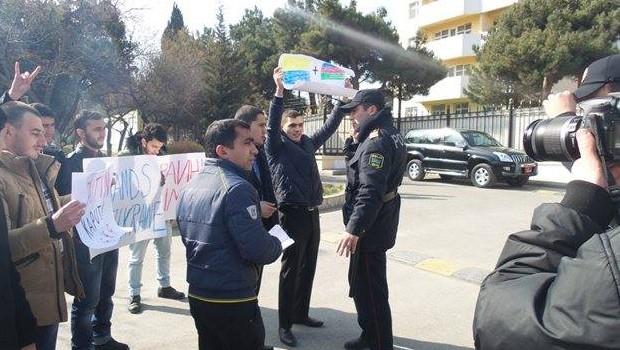 Rus büyükelçiliği önünde Protesto