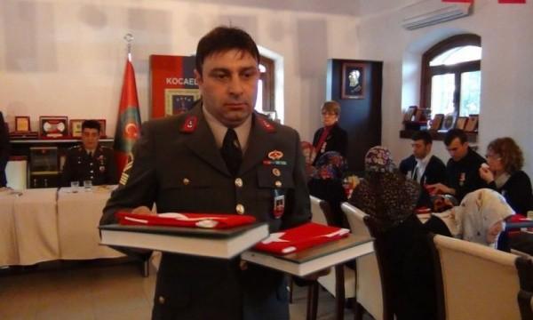 Jandarma Kur'an ve bayrak dağıttı