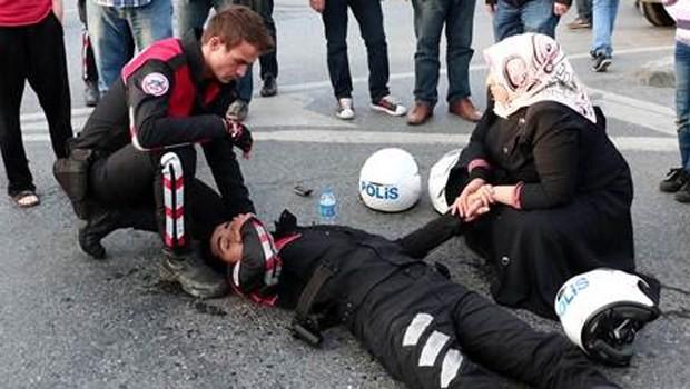 Yaralı polisin elini bırakmadı