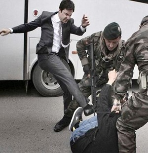Başbakan'ın müşaviri protestocu dövdü