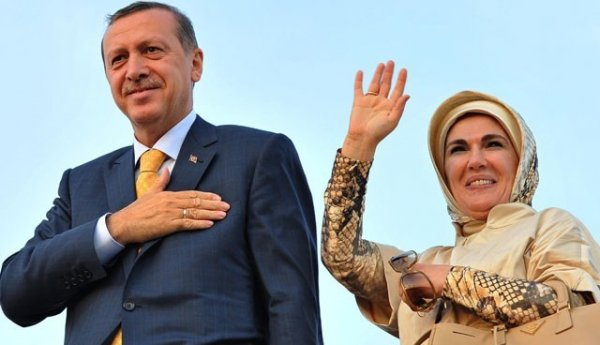Emine Erdoğan çarşaf giymeyince  kimin hedefi oldu?