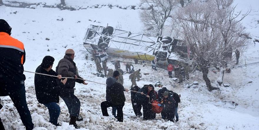 Otobüs dereye uçtu: 6 kişi öldü 29 yaralı