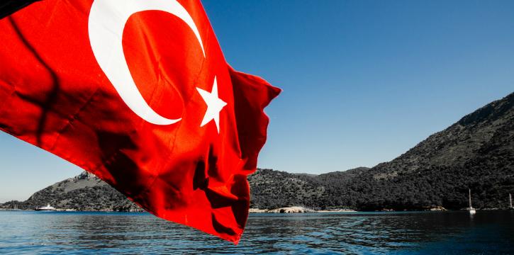 Türk bayrağını öptü, görevden alındı!
