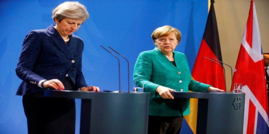 Merkel: Türkiye NATO'ya zarar verecek eylemlerden kaçınmalı!