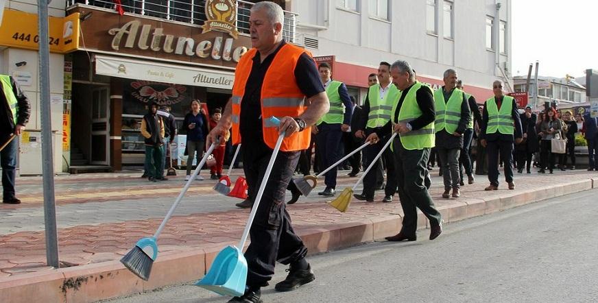 MHP'li başkan sokak temizledi