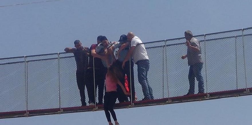 Köprüden atlayan kadını havada yakaladı
