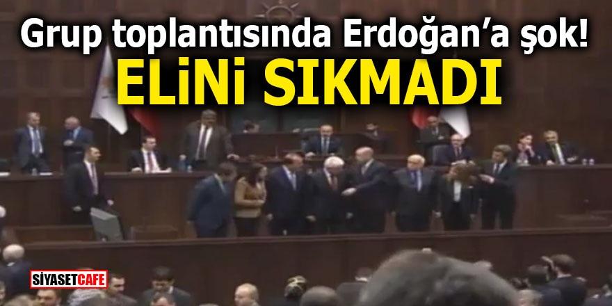 Grup toplantısında Erdoğan'a şok! Elini sıkmadı