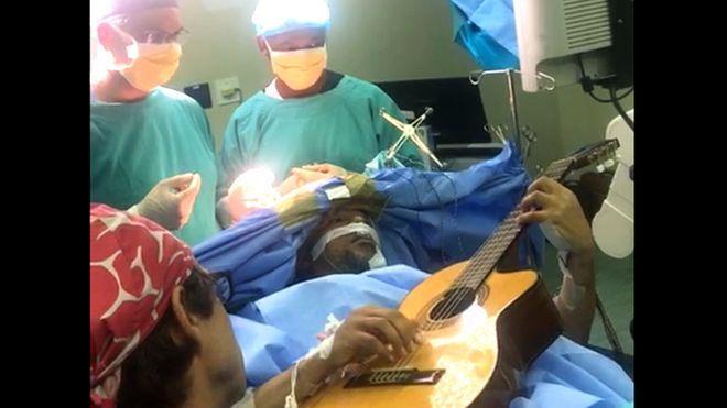 Açık beyin ameliyatı masasındaki hasta gitar çaldı