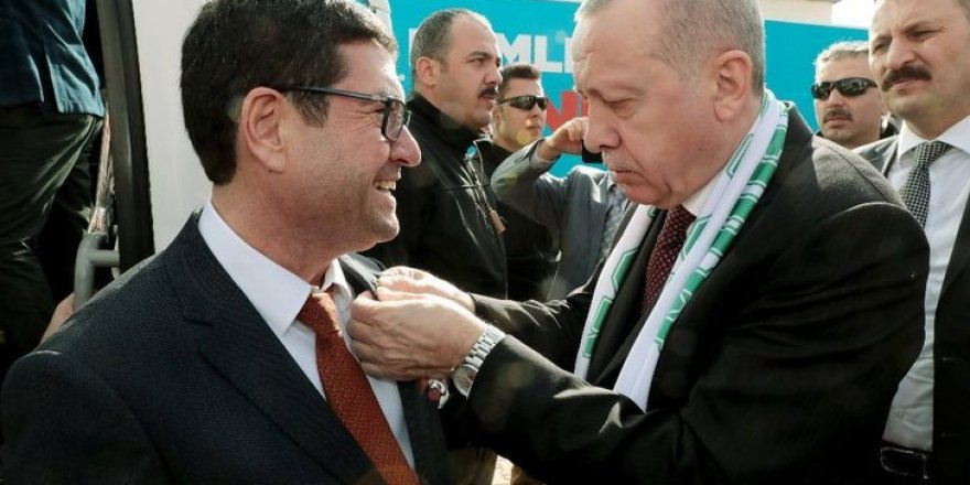 Eski CHP'li Saylak'ın rozetini Erdoğan taktı