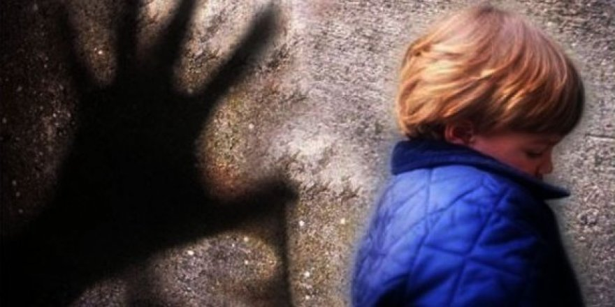 Çocukları öpüştüren sosyal medya fenomenine 17 yıl hapis