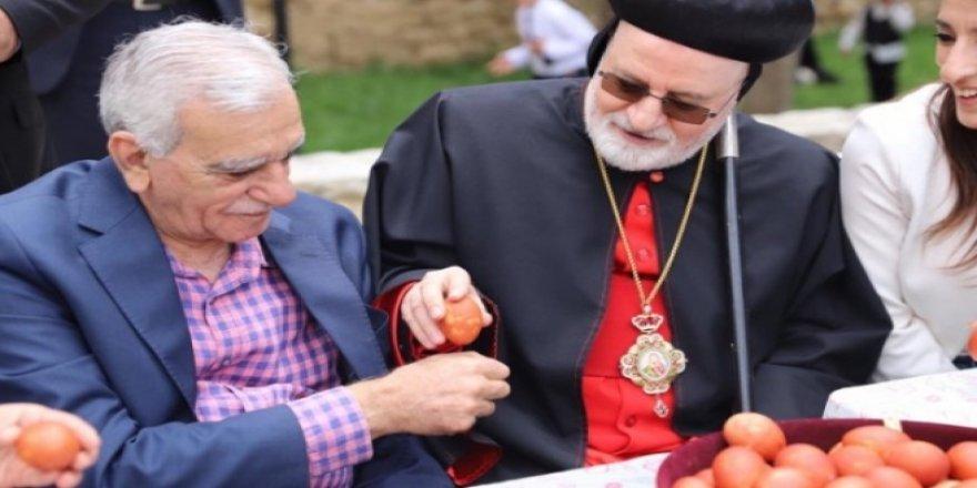 HDP'li Başkan Papazla yumurta tokuşturdu!