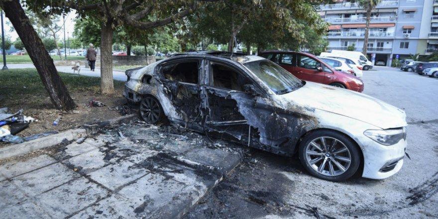 Yunanistan'dan Türklere saldırı, diplomatların araçları yakıldı.