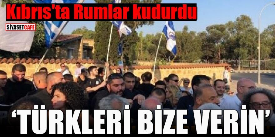 """Kıbrıs'ta Rumlar kudurdu """"Türkleri bize verin"""""""