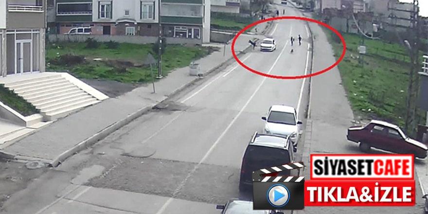 Otomobil köpeğin kovaladığı küçük çocuğu kaldırıma savurdu